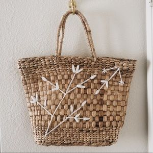 🌼 Straw Tote Bag with Floral Yarn Details 🌼